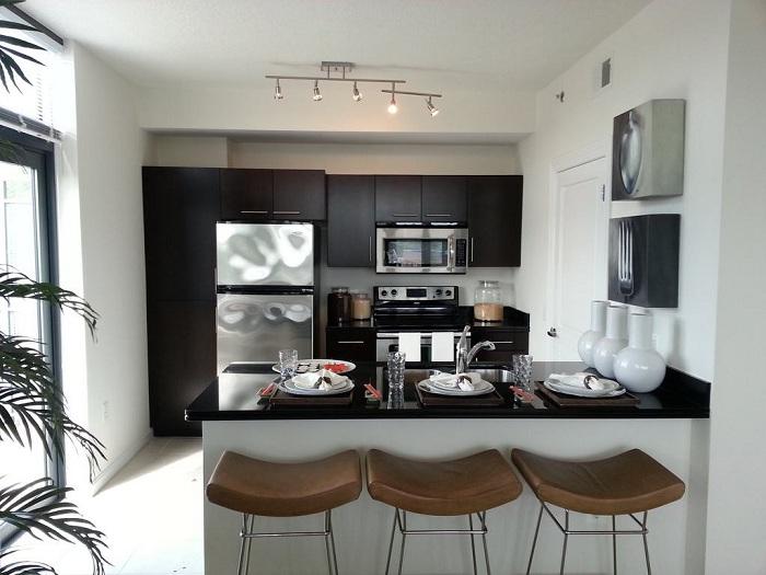 Стильная современная кухня для небольших помещений.