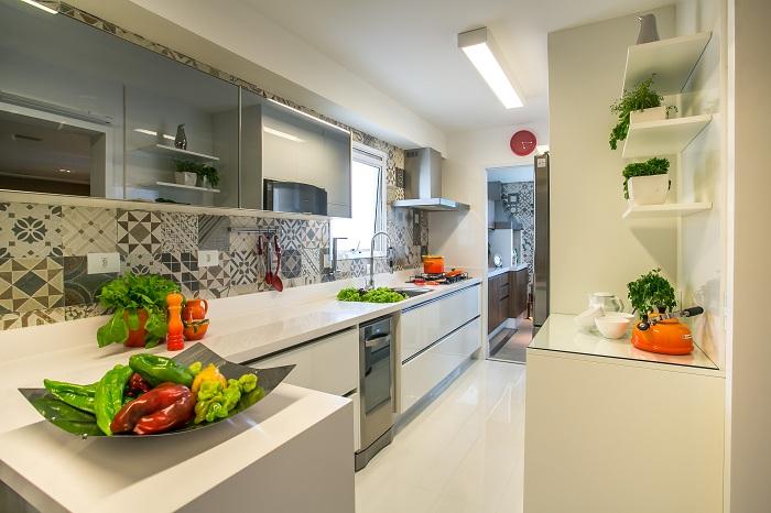 Экологичность и светлые тона делают современную кухню желанным местом для всей семьи.