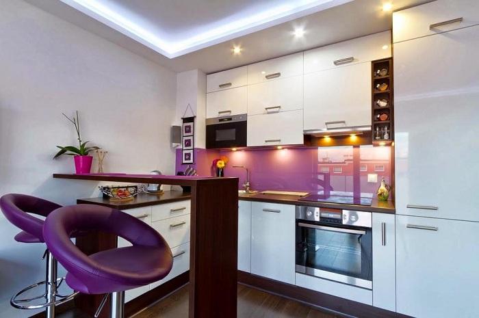 Нестандартное цветовое решение - кухня в лиловых оттенках.