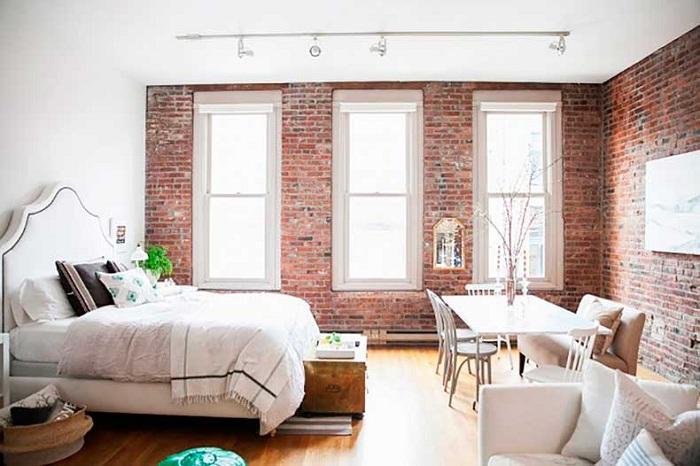 Хорошее решение быстро и со вкусом преобразить интерьер маленькой комнаты.