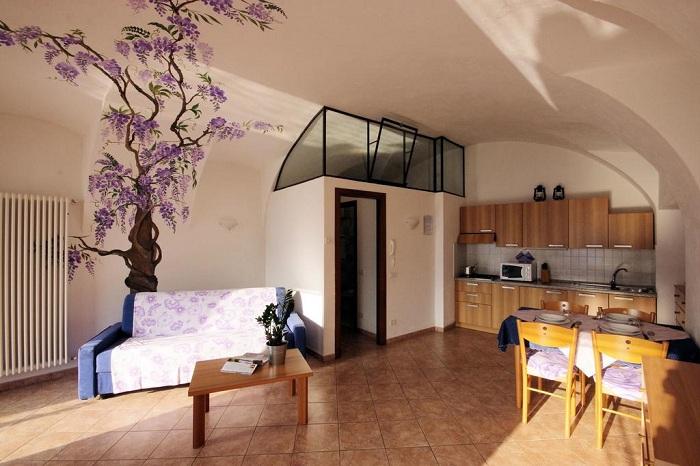 Отличный вариант оформления интерьера комнаты в нежно-кремовых тонах, что вдохновит.