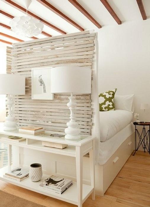 Для крохотного интерьера однокомнатной квартиры лучшей находкой станет удачная трансформация пространства.