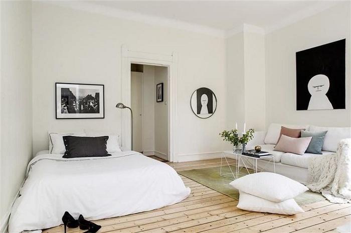 Прекрасное решение обустроить интерьер компактной комнаты в черно-белом исполнении.