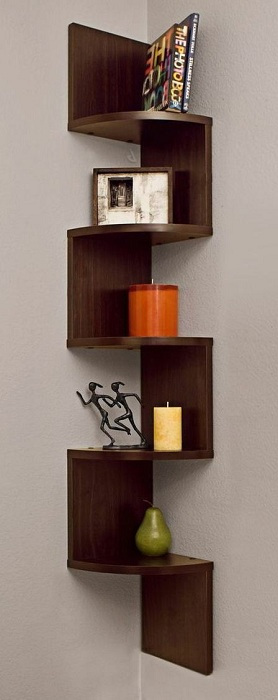 Простой, но практичный вариант оформления полки углового типа, то что создаст интересную обстановку в комнате.