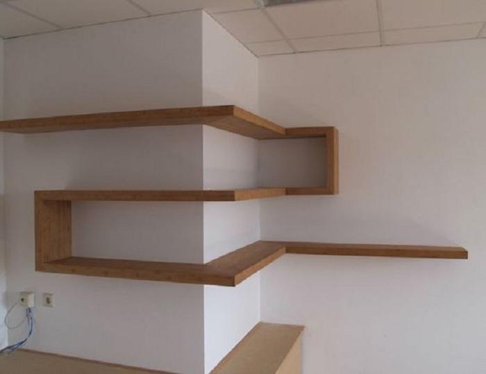 Простое решение создать обычные деревянные полки, в таком интересном исполнении, что однозначно понравится.