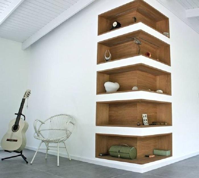 Очень красивые деревянные встроенные полки, которые создадут по-своему прекрасную атмосферу в интерьере комнат.