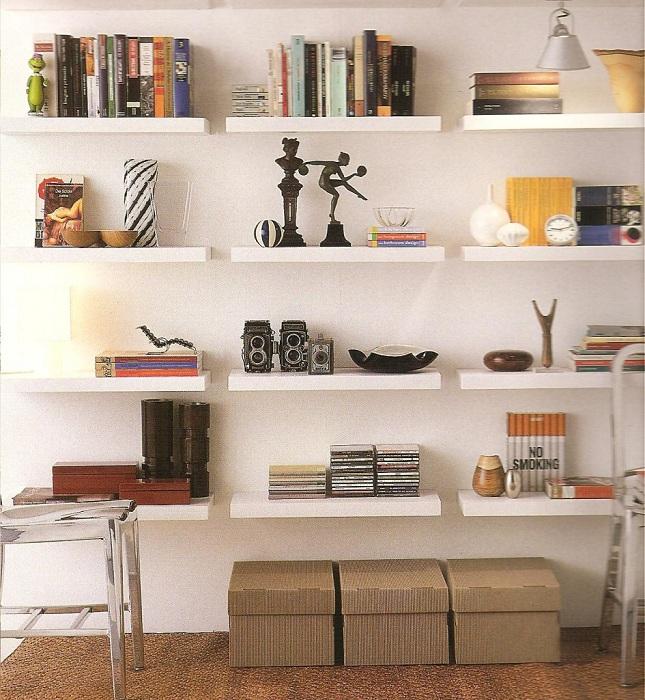 Преображение комнаты благодаря размещению множества полок, то что точно понравится и создаст интересную атмосферу.