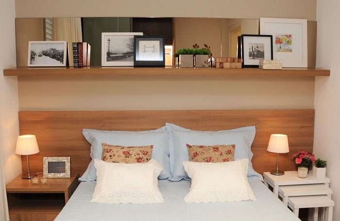 Хороший вариант разместить полку над кроватью, что станет просто хорошим элементом к дополнению общего интерьера.