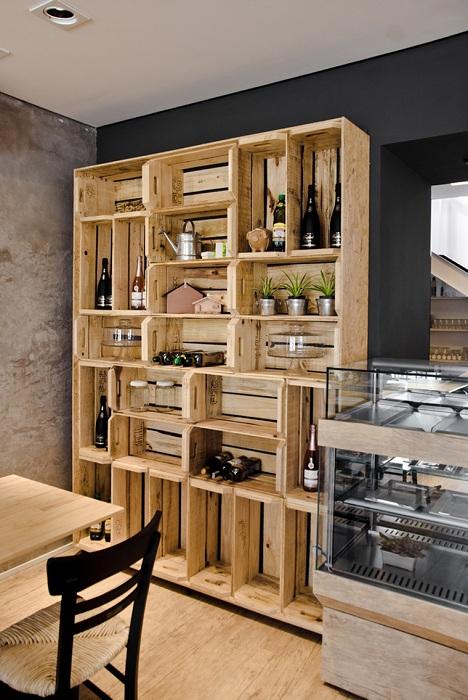 Просто отличный вариант оформления деревянного стеллажа, что станет просто находкой для декора любой из комнат.