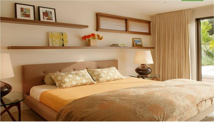 Интерьер спальни в кофейном цвете с элементами сливочного преображен при помощи интересной настенной полки.