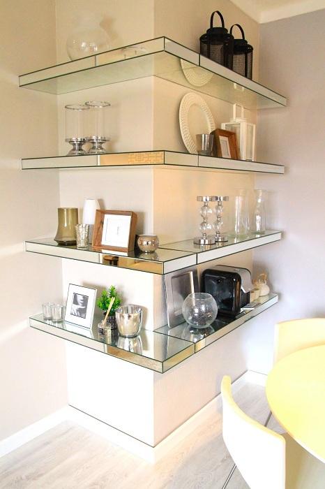 Отличный интерьер комнаты украшен стеклянными полками, которые просто созданы для того чтобы приятно освежать интерьер.