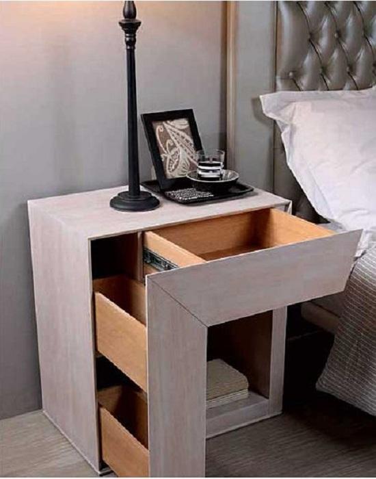 Вариант оформления места около дивана или кровати, обустройство такого места при помощи необычной тумбы.