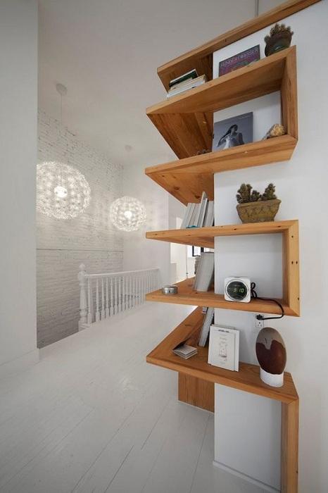 Любой ненужный угол в доме возможно преобразить с помощью интересных полок, которые протяжно разместились на стене.
