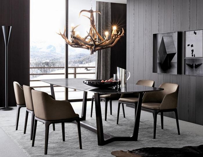 Столовая оформлена в темных тонах, что выглядит очень симпатично, с невероятной люстрой.