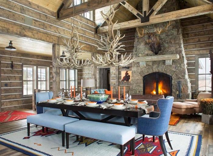 Креативное решение для создания особенной атмосферы в столовой с люстрой из оленьих рогов.