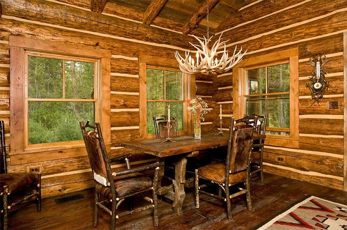 Интересная столовая облагорожена деревом и украшена люстрой.