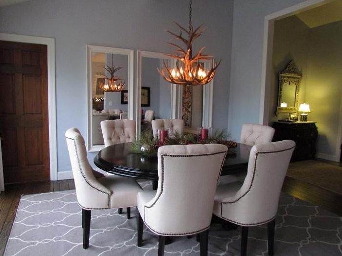 Уютная столовая с прекрасной и удивительной атмосферой и нестандартной люстрой.