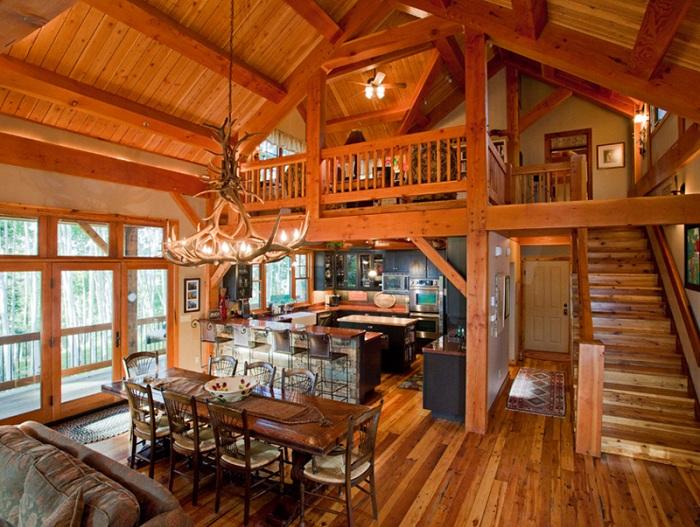 Шикарная столовая оформлена в деревянных мотивах с люстрой из оленьих рогов.