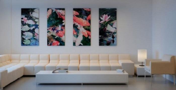 Очень привлекательный цветной холст в дополнение белоснежной комнаты.