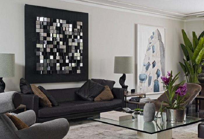 Сочетание темных и светлых тонов в дизайне, с необычными настенными украшениями - это атмосферно.