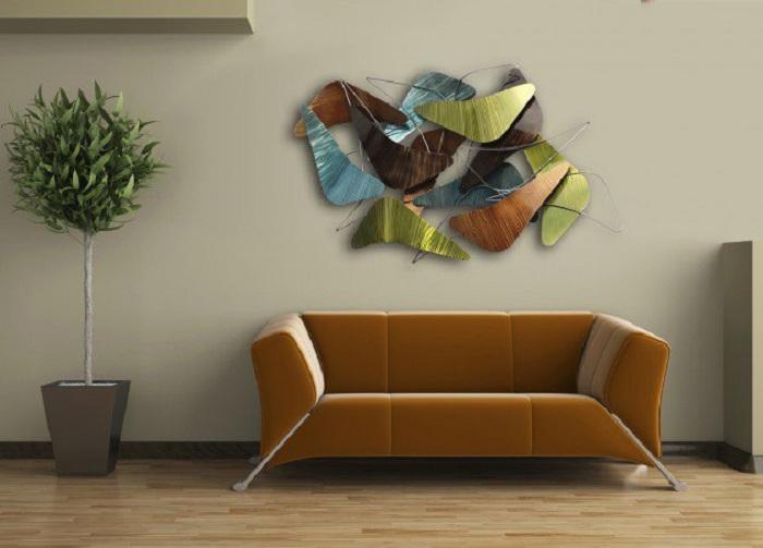 Абстрактность настенного украшения в этой комнате, проявляет особый интерес к ней.