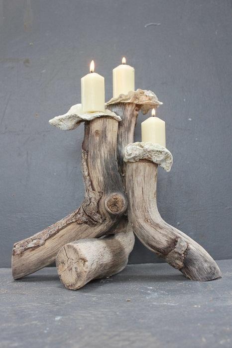 Хороший и интересный подсвечник из веток дерева, что понравится и преобразит интерьер.