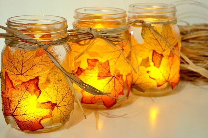 Осеннее настроение, возможно, создать благодаря декорированию подсвечника при помощи желтых листьев.