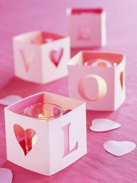 Нежно-розовые подсвечники, которые выглядят очень нежно и создают просто легкую и воздушную обстановку.