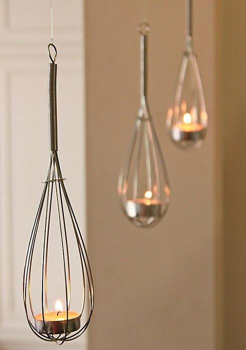 Красивый интерьер комнаты, возможно, создать благодаря оригинальным подвесным подсвечникам из венчиков.