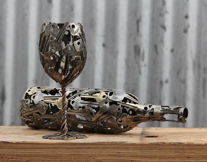В домашних условиях, возможно, создать оригинальный подсвечник из ключей, что вдохновит.