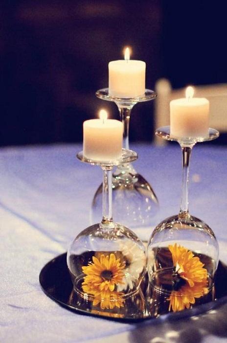 Один из простых вариантов - это размещение подсвечников в бокалах, что создаст романтическую атмосферу.