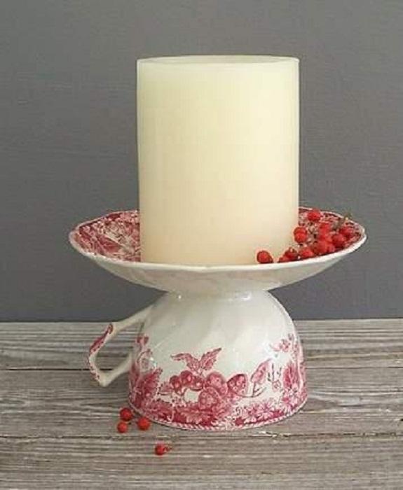 Очень интересный вариант создать подсвечник из чашки и блюдца, что выглядит практично и симпатично одновременно.