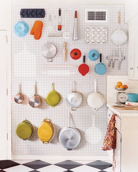 Оформление экономно кухонного пространства.