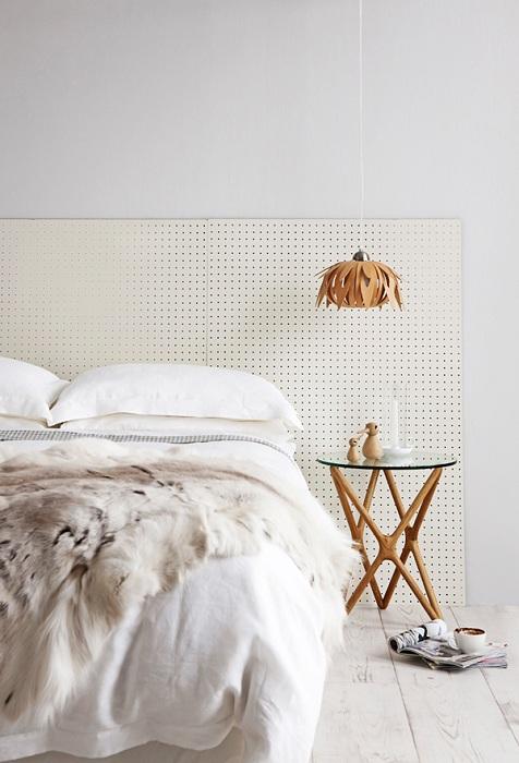Прекрасный вариант оформления изголовья кровати.