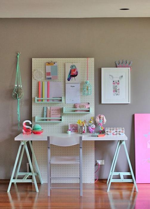 Небольшой домашний офис оформлен оптимально и просто.