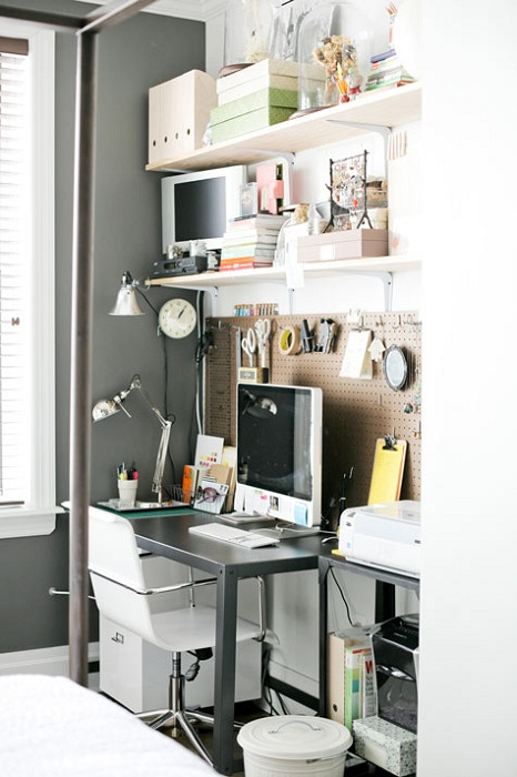 Удачный интерьер домашнего офиса с оригинально оформленной стенкой.