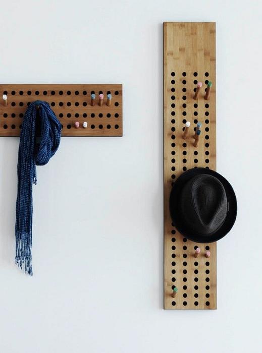 Оригинальные вешалки в прихожей размещены на доске.
