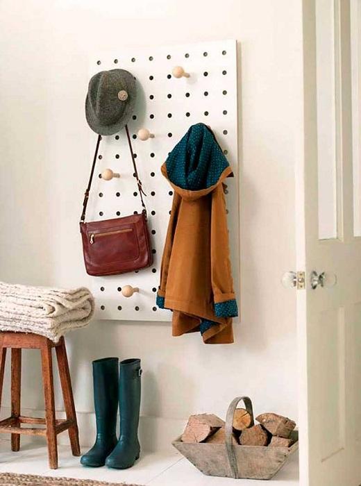 Оформление стенки с крючками в прихожей.