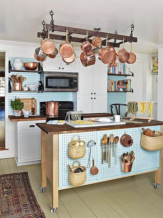 Преображение кухонного пространства за счет функциональной стены.