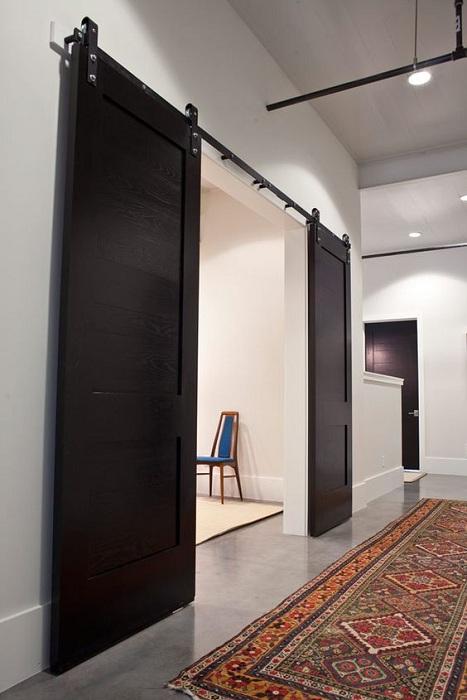 Оригинальный интерьер возможно создать благодаря простым, но очень интересным раздвижным дверям.