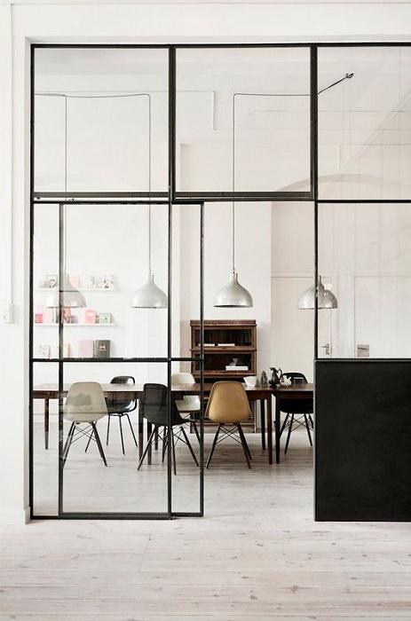 Хороший вариант создать отличное настроение в столовой, так это разместить раздвижные стеклянные двери.