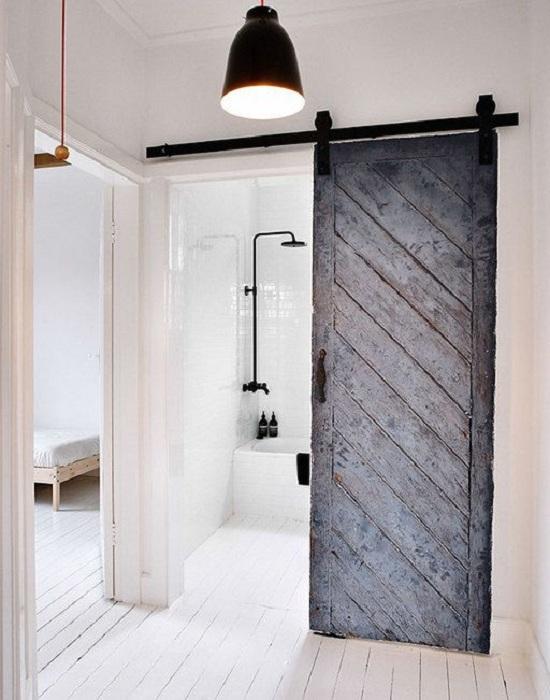 Удачное практичное решение создать раздвижные двери между комнатой и ванной.