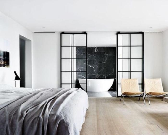 Черно-белые тона в интерьере - это пожалуй одно из простых, но оригинальных решений для декора.