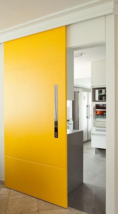 Прекрасная ярко-желтая раздвижная дверь, станет просто прекрасной изюминкой в оформлении интерьера любой из комнат.