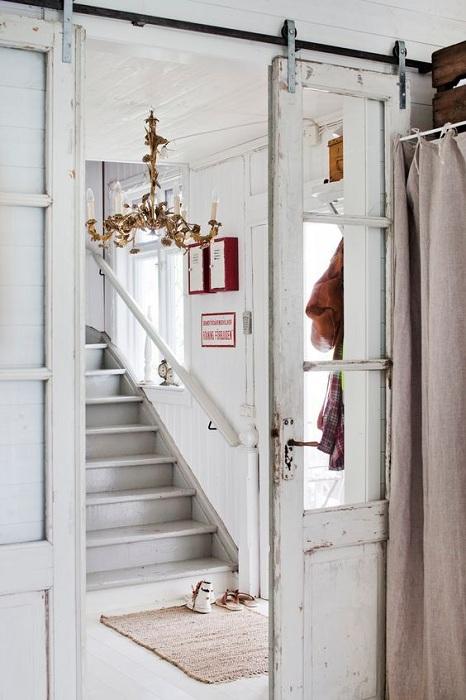 Симпатичный вариант преобразить интерьер комнаты при помощи раздвижной двери в старинном исполнении.