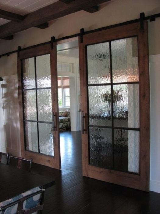 Необычные стекла в раздвижных дверях дополнят общий интерьер комнаты.