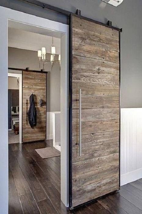 Отменное решение поставить дверь в квартире в таком оригинальном рустикальном стиле.
