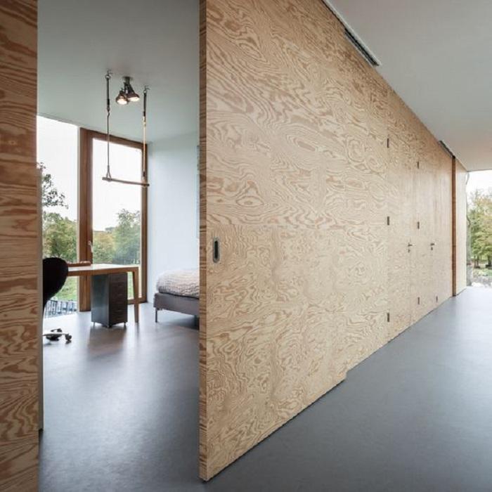 Прекрасное оформление двери в тон стене, станет просто оптимальным решением для декорирования.