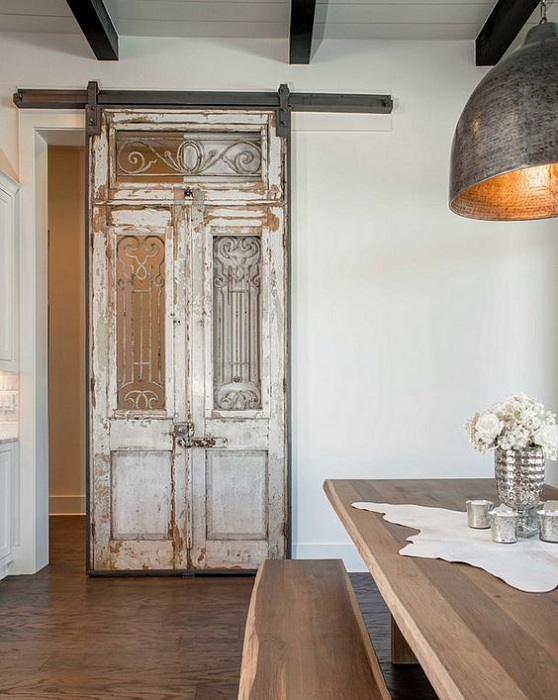 Декорировать комнату возможно благодаря оптимальным решениям практично оформить интерьер в старинном стиле.
