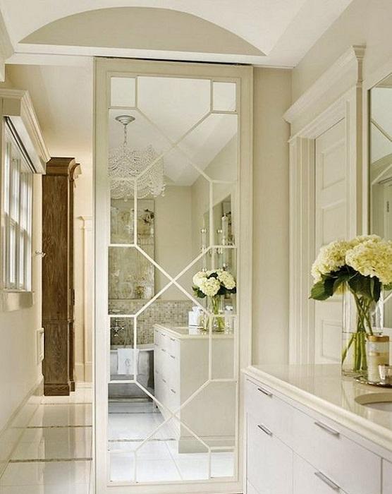 Интерьер преображен благодаря оригинальной зеркальной раздвижной двери.